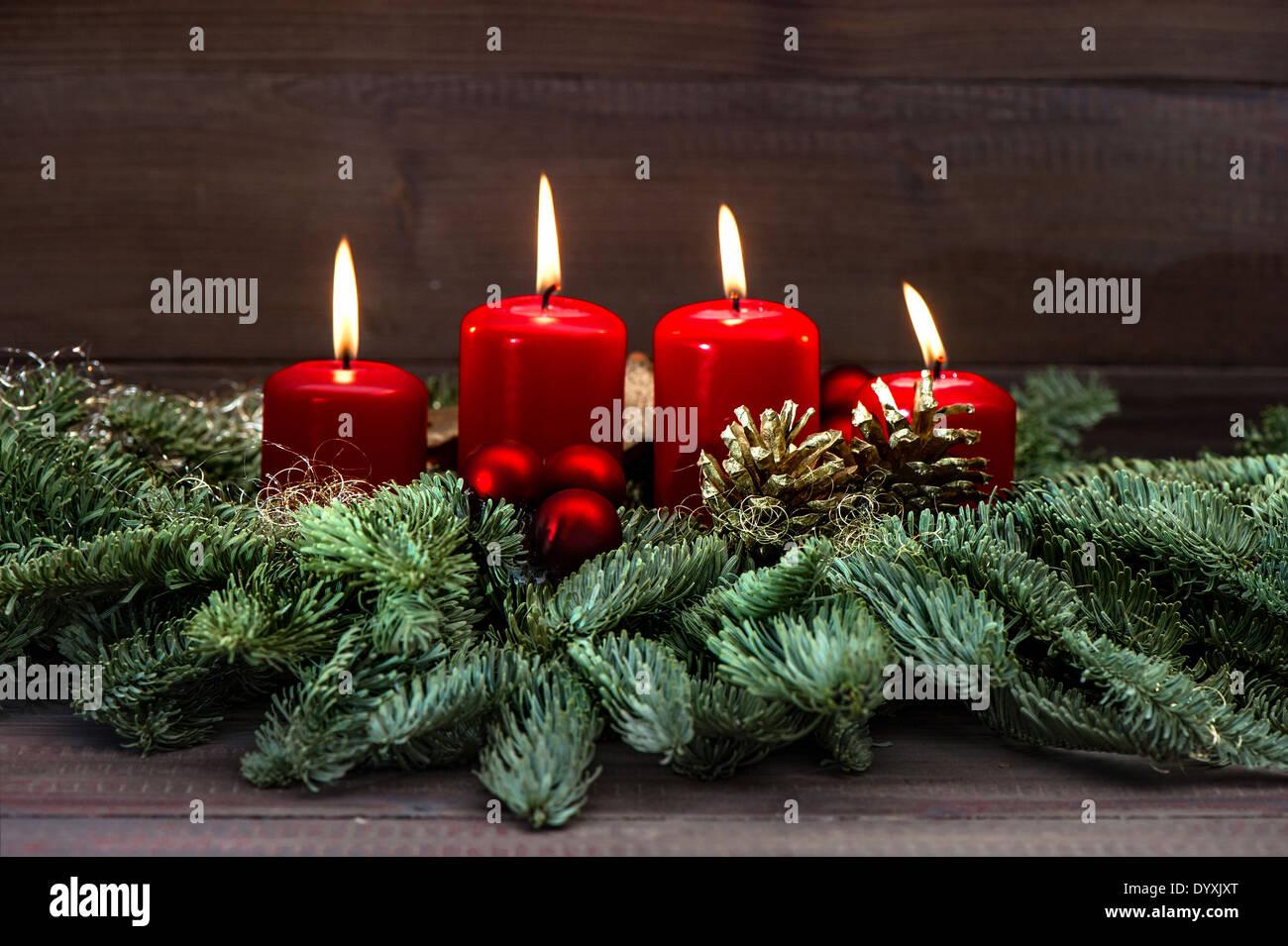Festlicher advent dekoration mit vier roten brennenden - Dekoration advent ...