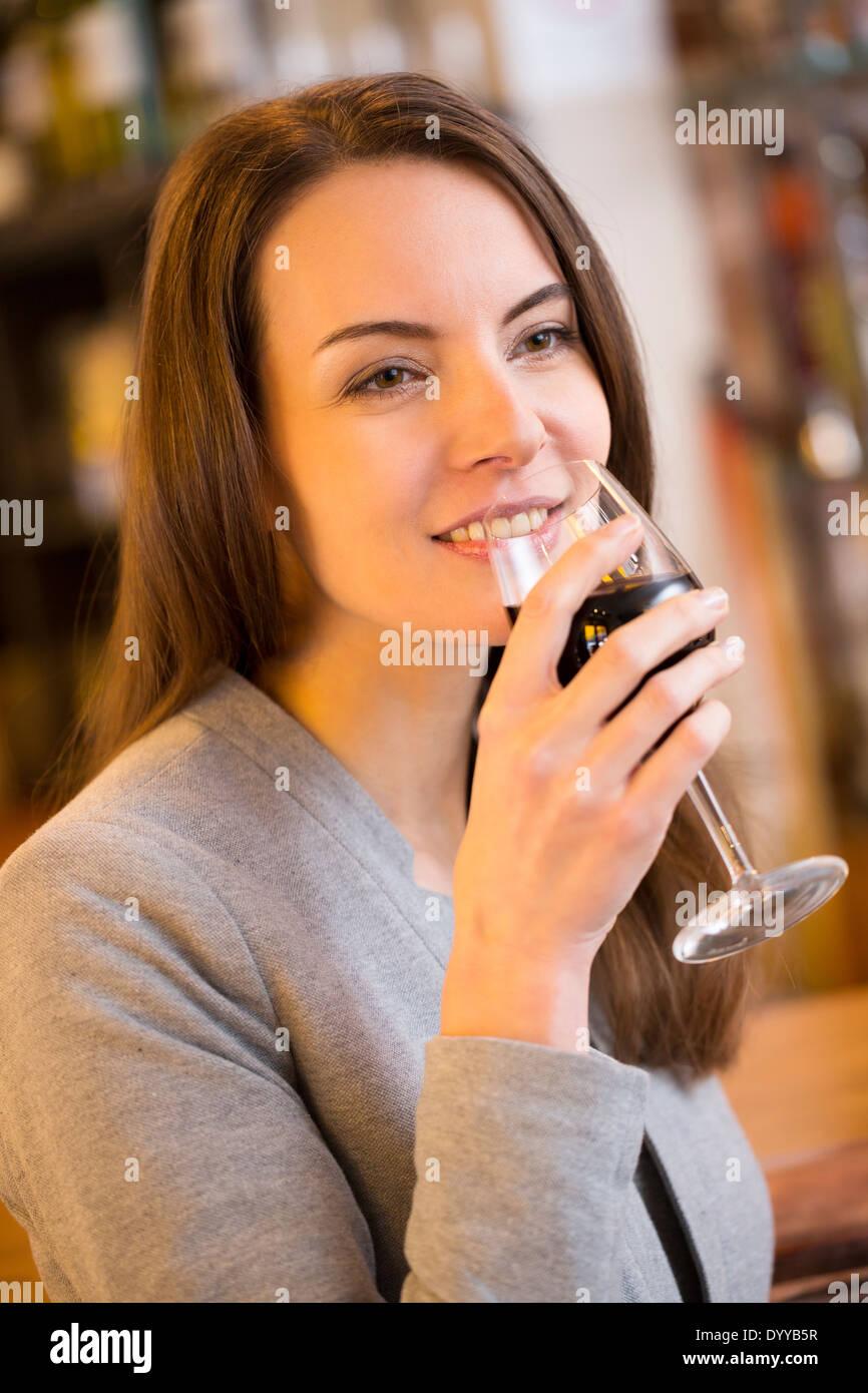 schöne weibliche Glas Wein trinkbar Stockfoto