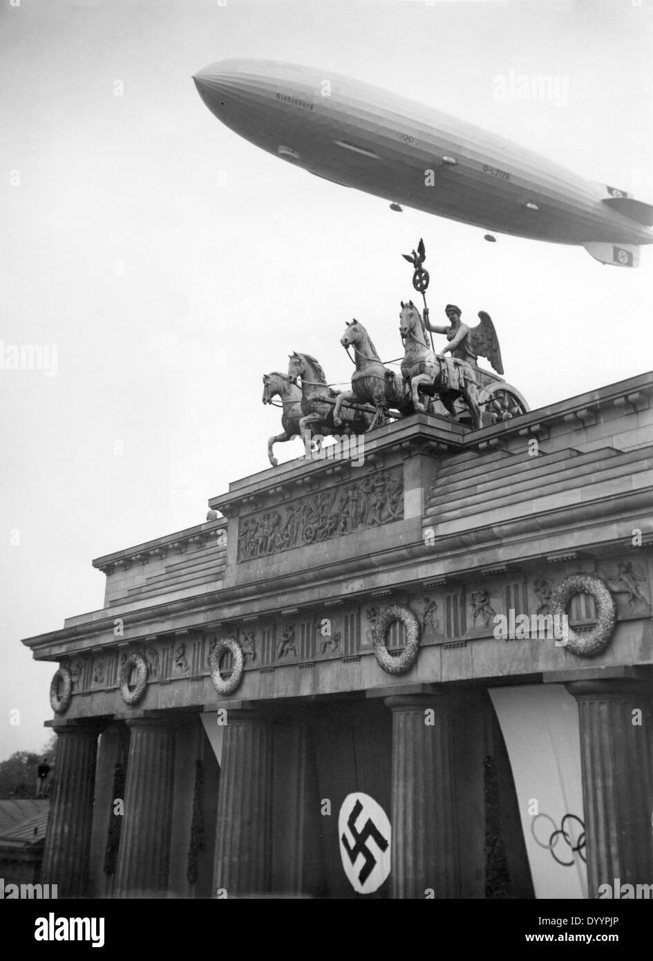 Zeppelin Hindenburg Lz 129 Und Das Brandenburger Tor In Berlin Wahrend Der Olympischen Spiele 1936 Stockfotografie Alamy