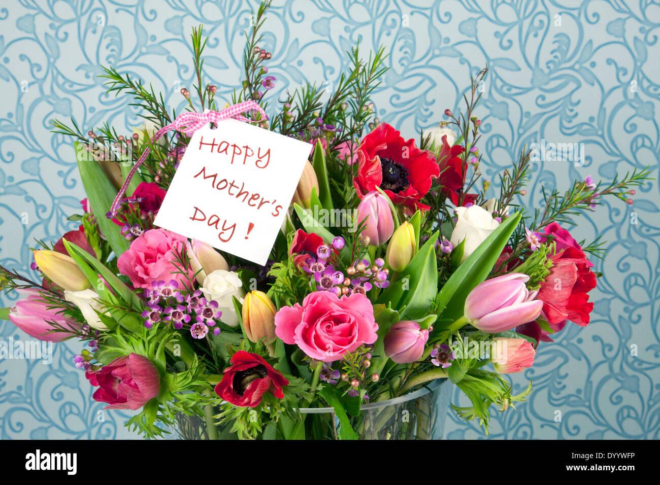 Einen schönen Blumenstrauß mit Rosen, Tulpen und Anemonen zum ...