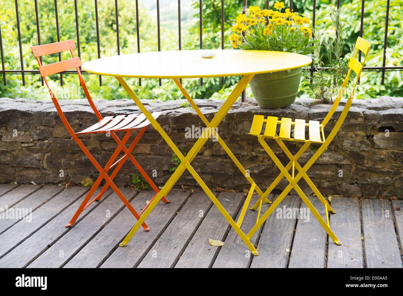 Französische Terrasse Mit Gelb Und Orange Bistro Möbel Stockfoto