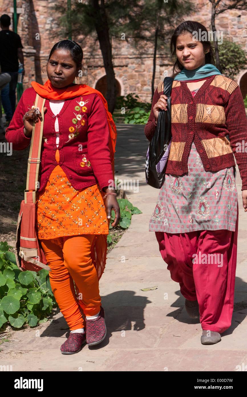Neu-Delhi, Indien. Junge indische Frauen tragen zeitgenössische ...