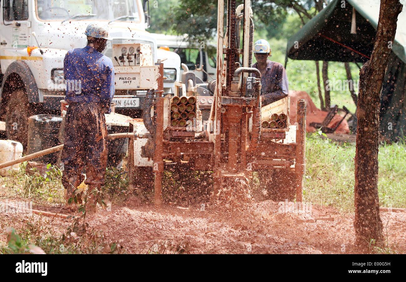Eine NGO finanziert Bohren Team Bohrer eine Reinigung Trinkwasser auch in einem Dorf im Bezirk Lira in Norduganda. Stockbild