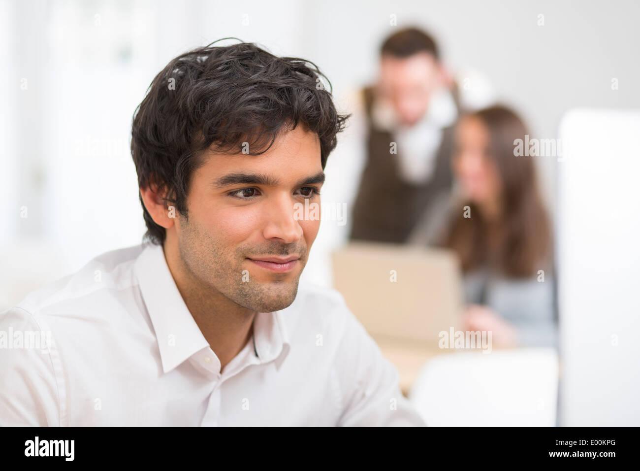 Männlichen schön pc Schreibtisch Kollegen Hintergrund Stockbild