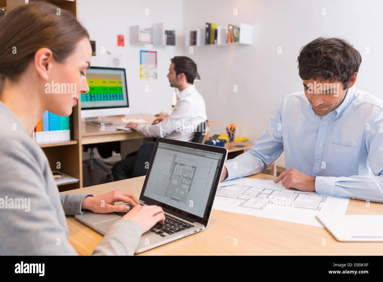 Busineeswoman Geschäftsmann Schreibtisch Computer Start-up Stockfoto
