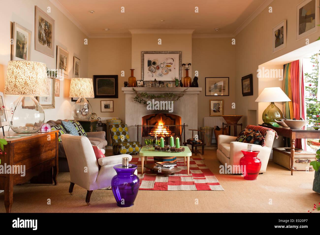 Wohnzimmer für Weihnachten dekoriert Stockbild