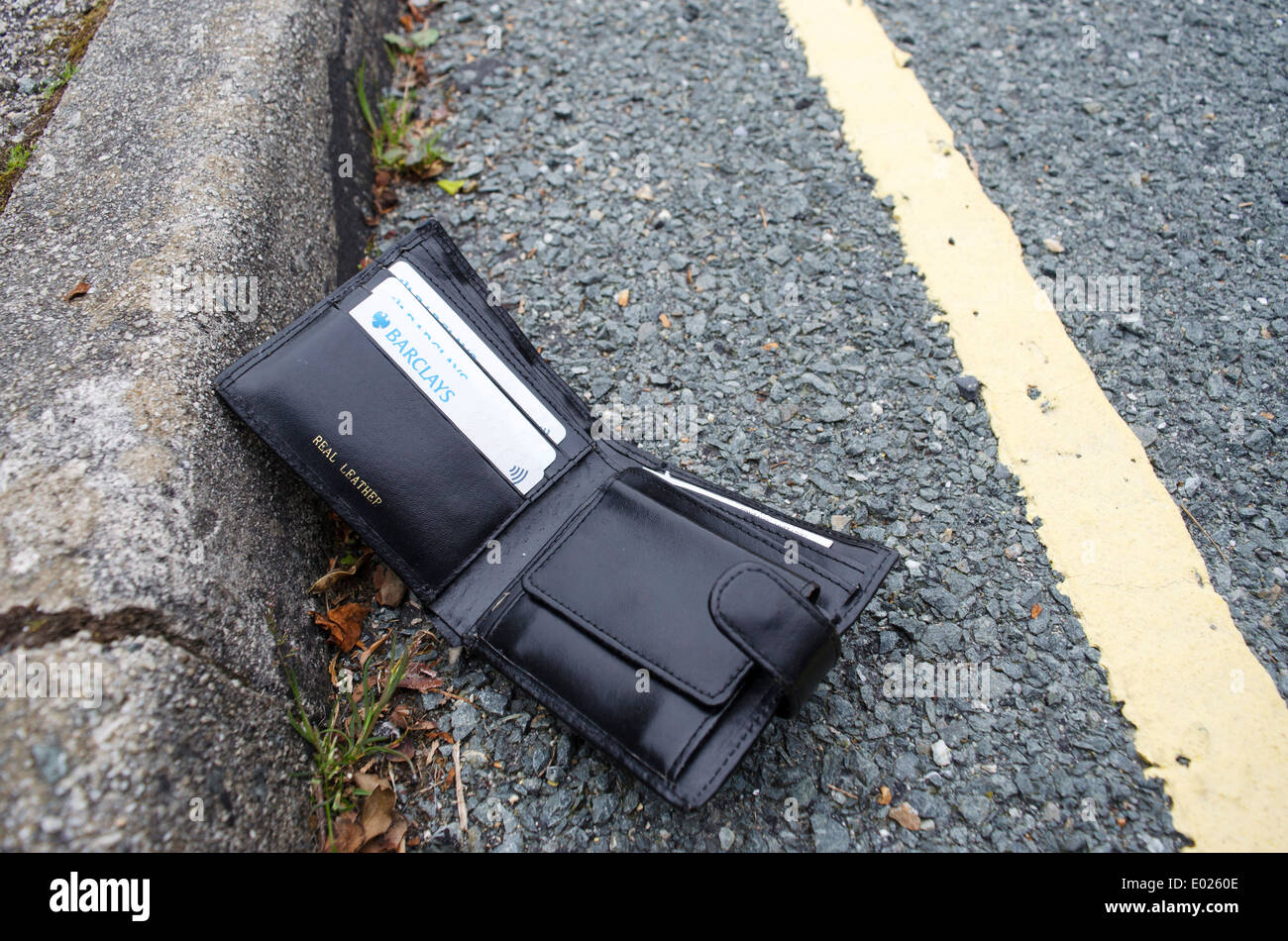 Eine verlorene Brieftasche liegen an der Seite einer Straße Stockbild