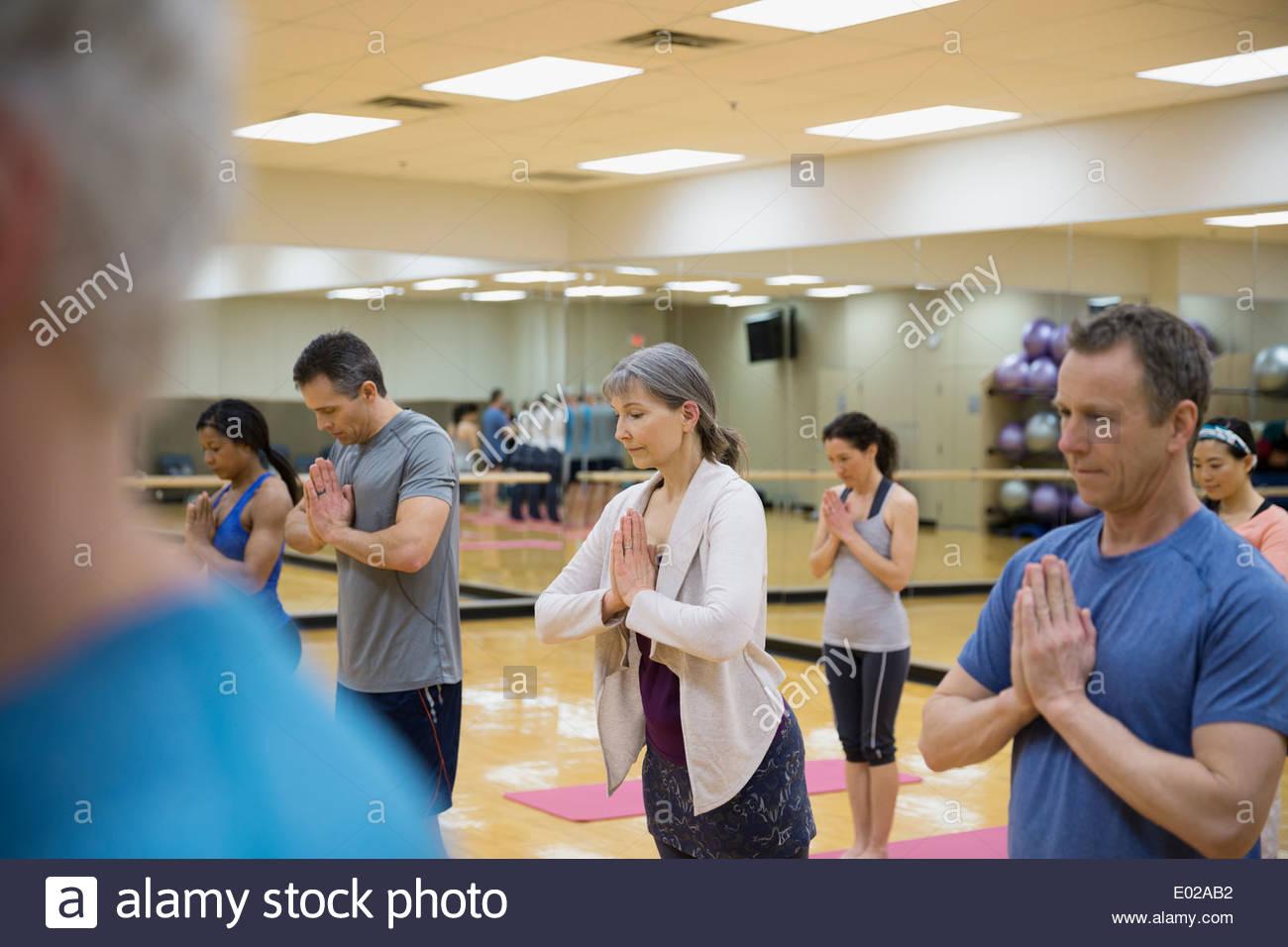 Gruppe praktizierender Gebet Pose im Yoga-Kurs Stockbild