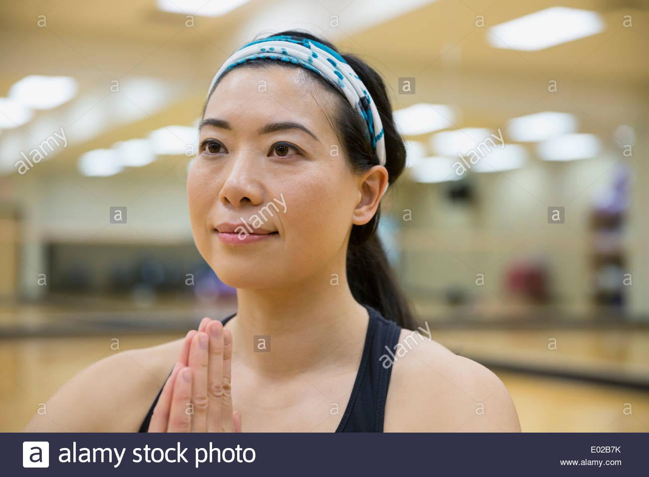 Frau im Gebet Yogaposition hautnah Stockbild