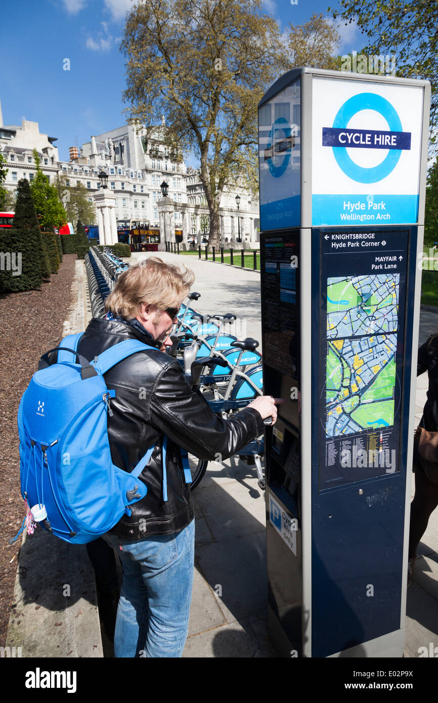 Mann mit Barclays London Cycle Point in Green Park. Stockfoto
