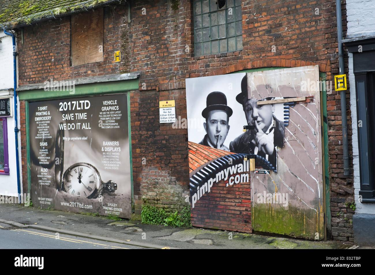 Versuch, verfallene Gebäude mit Plakat Grafiken in Hereford Herefordshire England UK zu verbessern Stockbild
