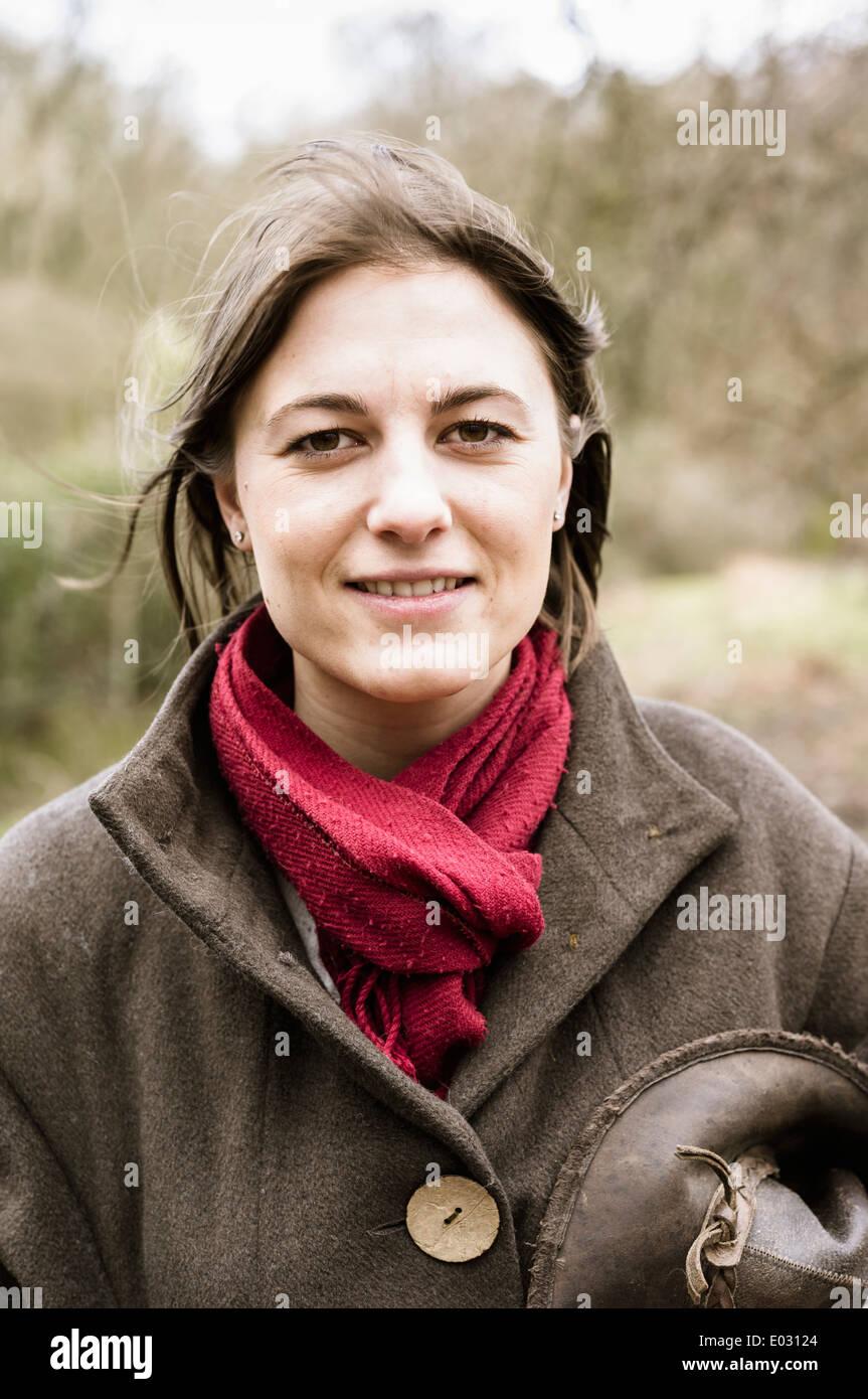 Eine junge Frau in einem Schal und Outdoor-Mantel. Stockbild