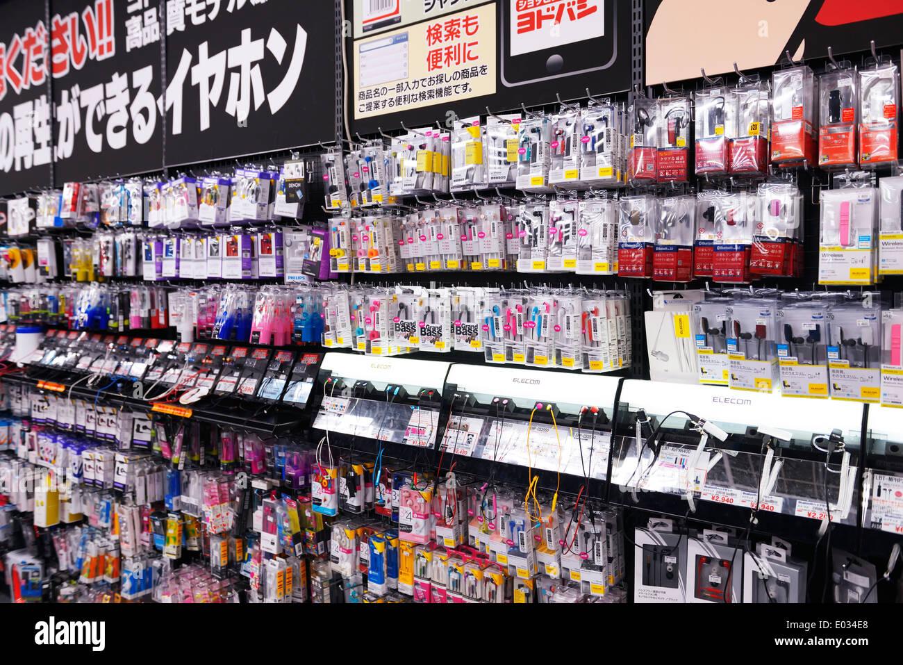 Handy-Zubehör und Kopfhörer an der Elektronik zu speichern Yodobashi Kamera, Tokio, Japan. Stockbild