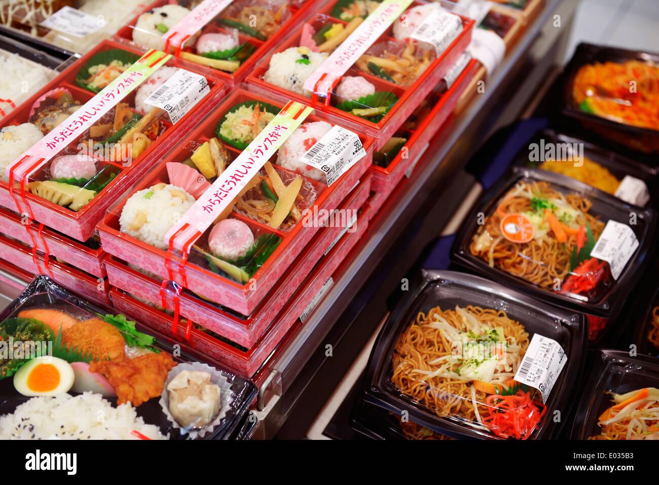 Verpackte zubereitete Speisen auf dem Display in einem japanischen Supermarkt. Tokio, Japan. Stockbild