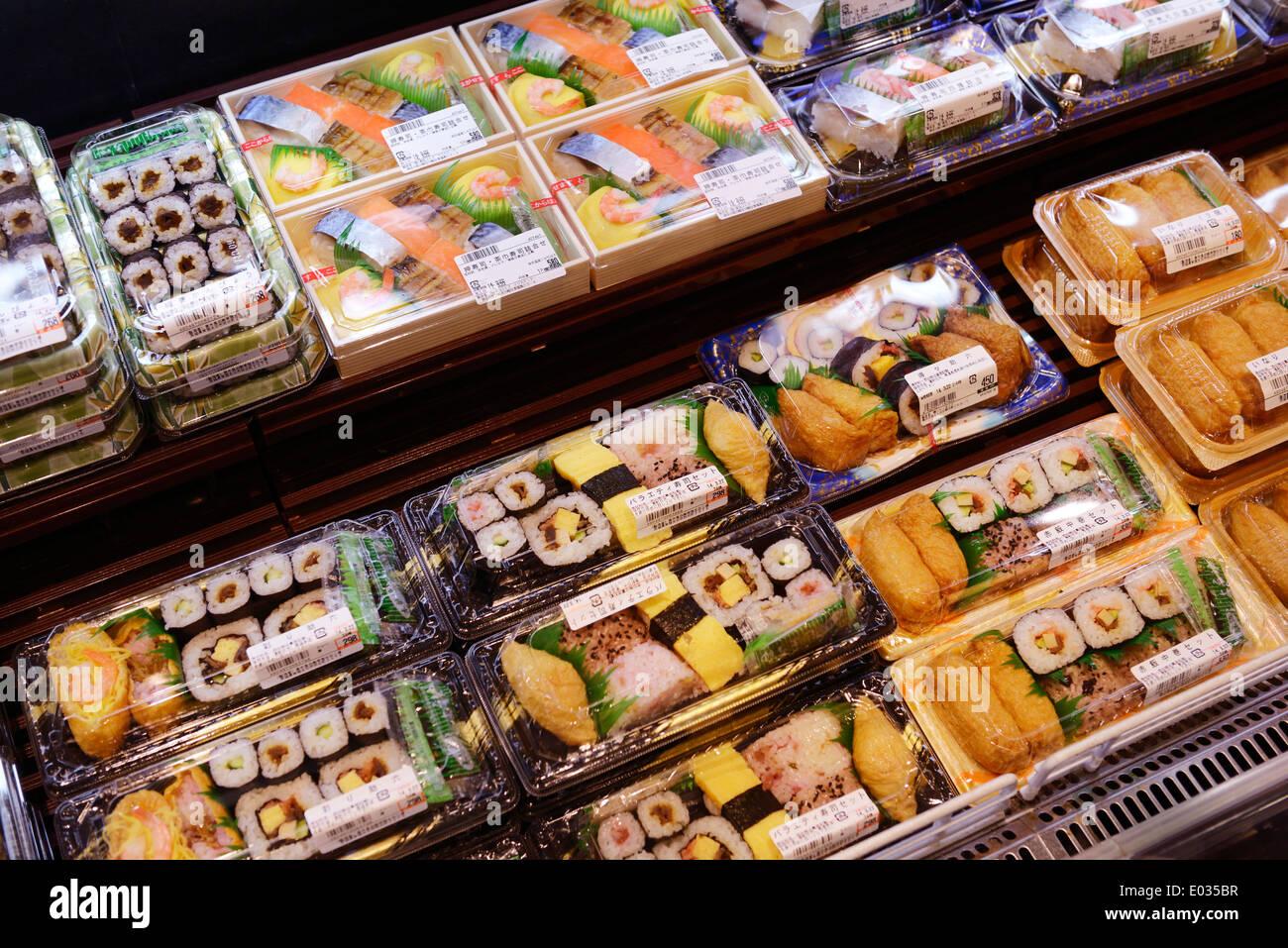 Verpackten Sushi Rollen, zubereitete Speisen auf dem Display in einem japanischen Supermarkt. Tokio, Japan. Stockbild