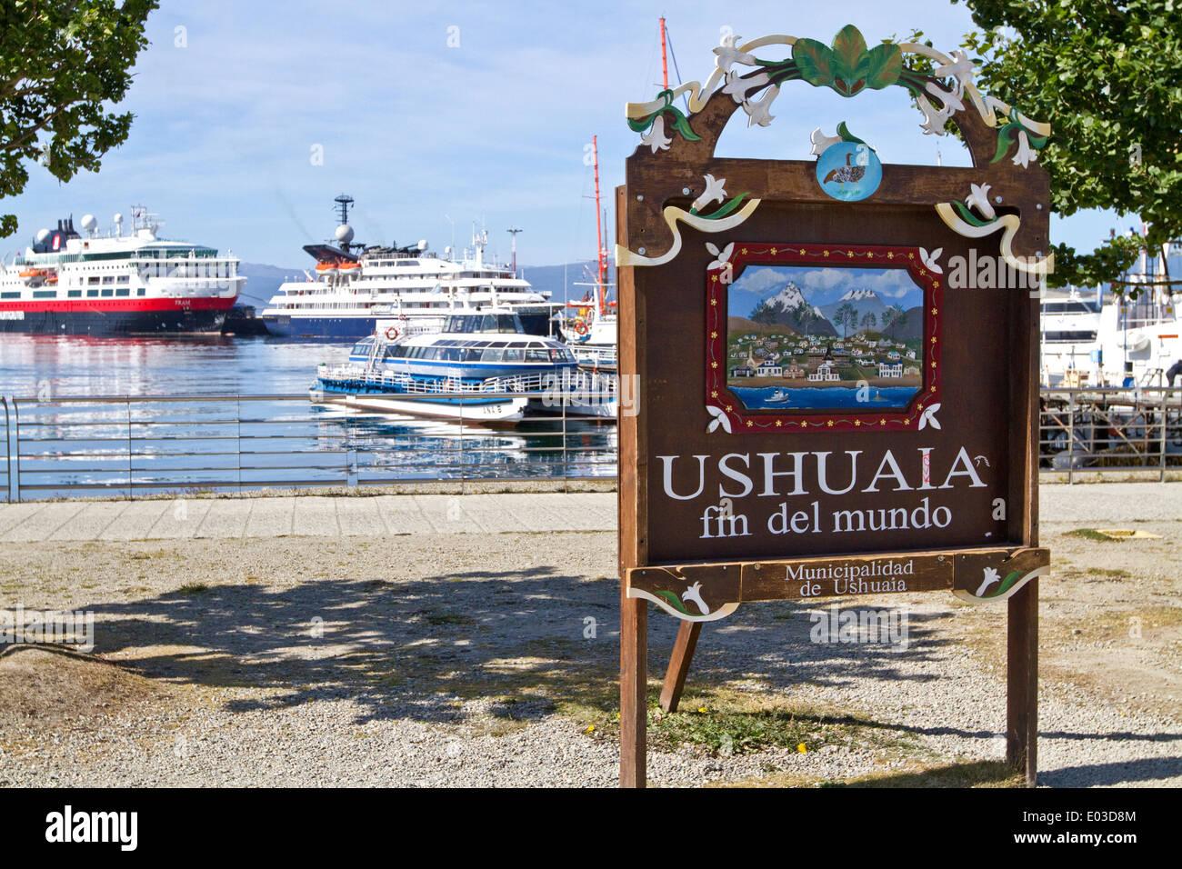 Ushuaia Argentinien Ende der Erdzeichen mit touristischen Kreuzfahrtschiff, Schiffe im Hintergrund in die Antarktis Reisen vorbereiten. Stockbild