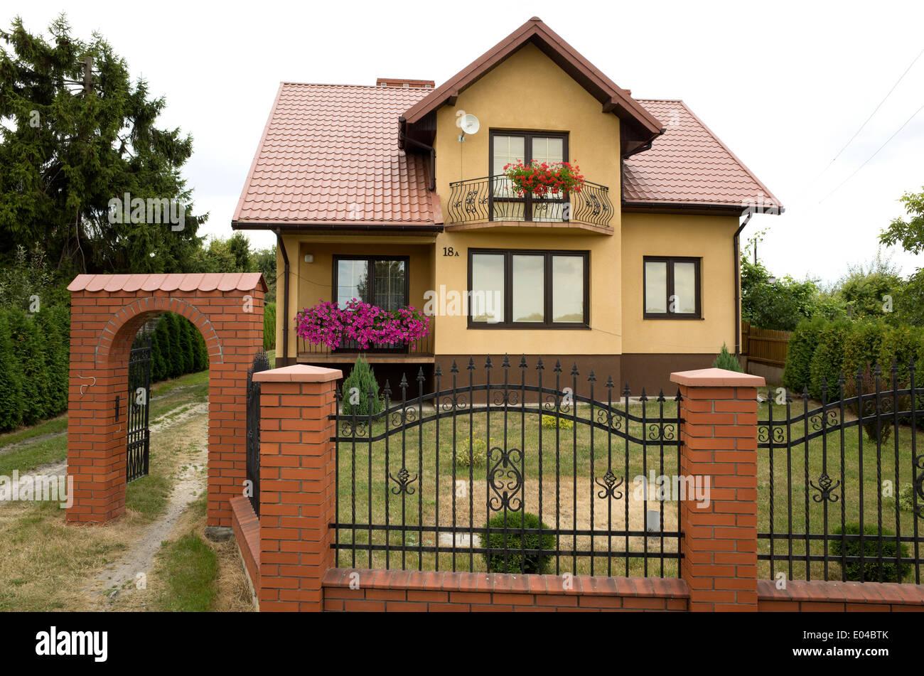 Moderne Polnische Haus Mit Schmiedeeisernen Zaun Mit Gemauerten
