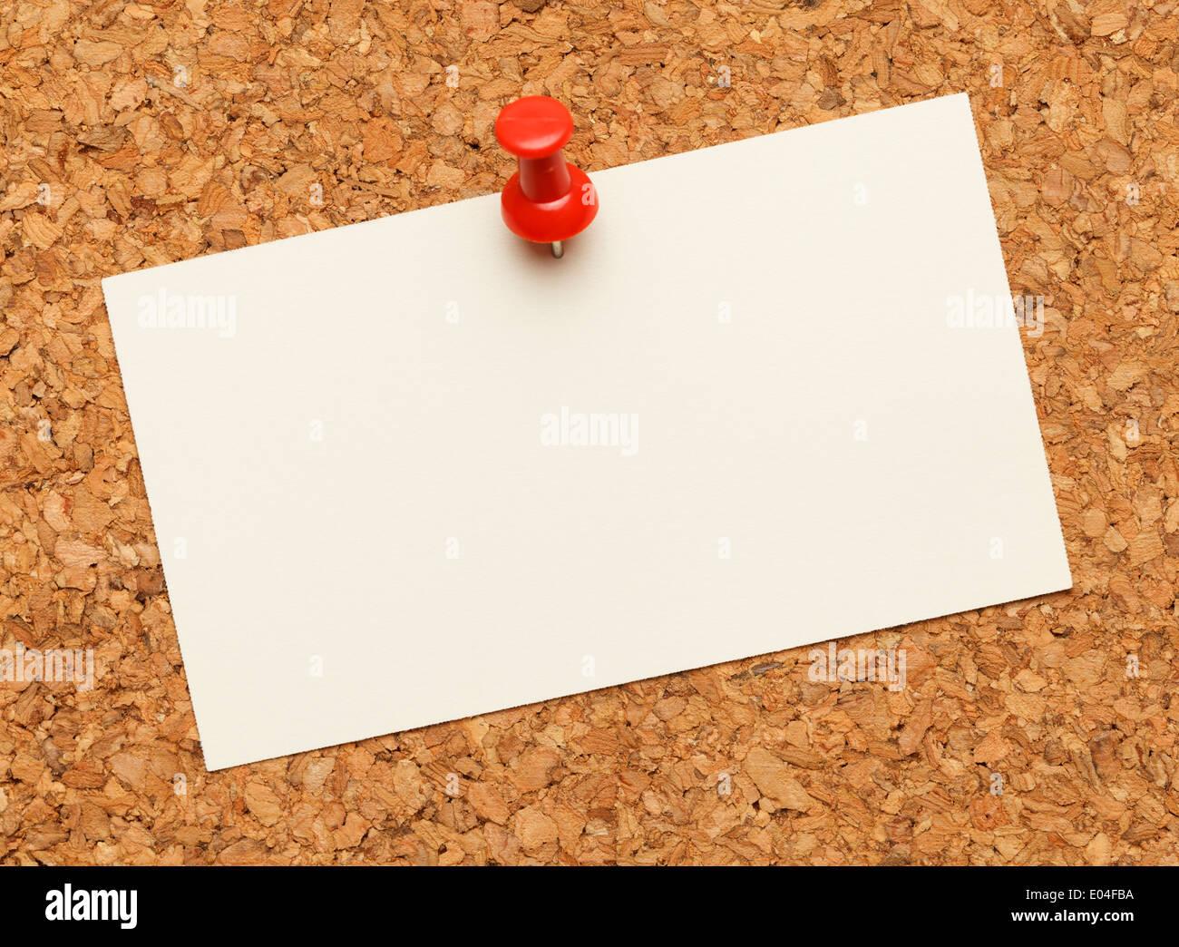 Visitenkarte auf einer Pinnwand mit roten Tack Pin veröffentlicht. Stockbild