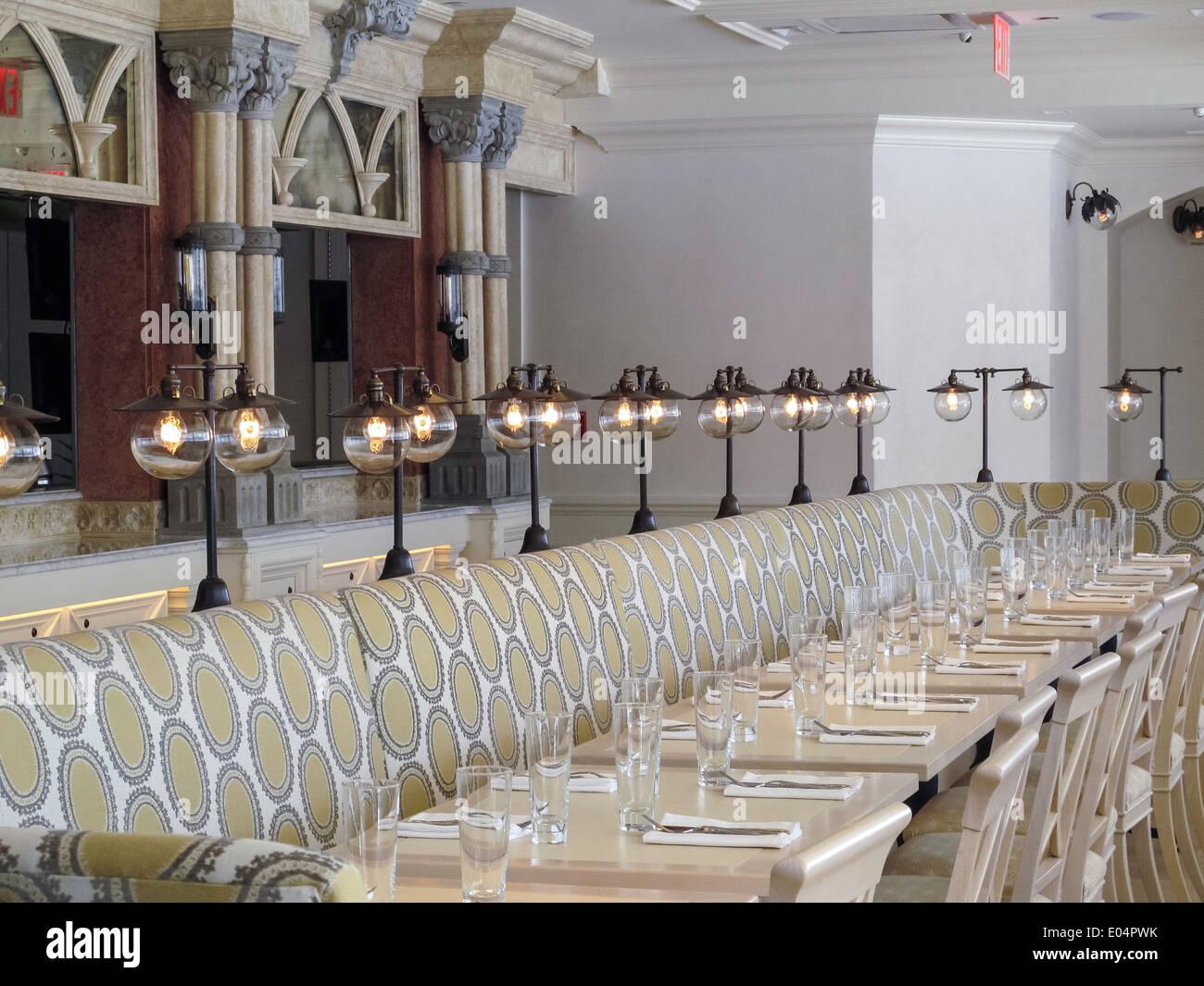 Bankett  Und Tische Im Speisesaal Mit Offenem Zugang Zur Küche, Neu  Renovierte Tavern On The Green Restaurant, NYC, USA