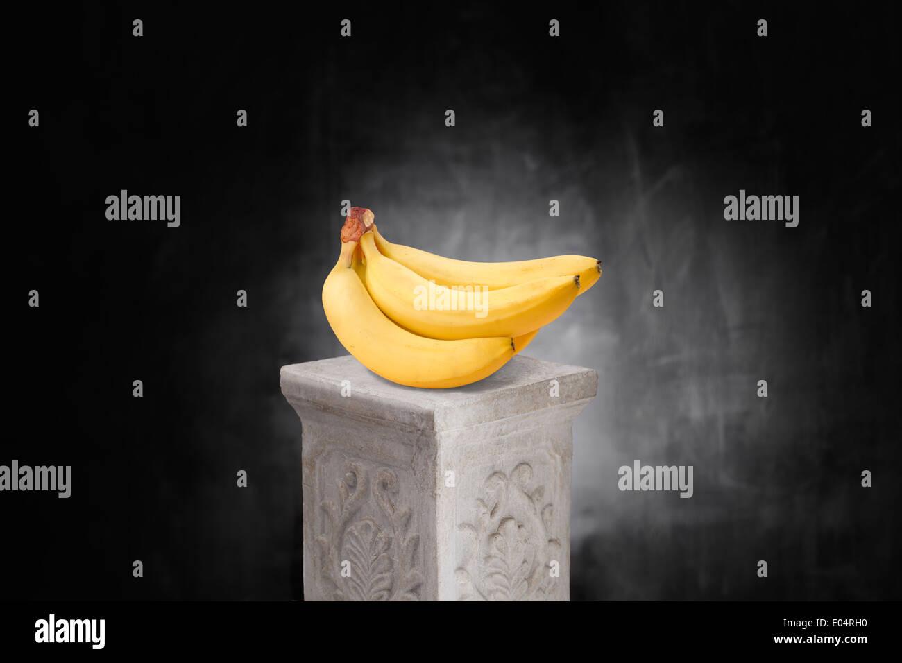 Reihe von gelben Bananen auf einem Podest. Stockbild