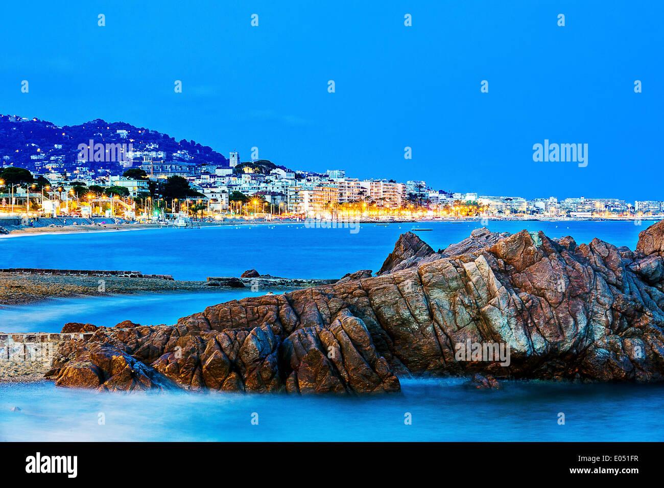 Europa, Frankreich, Alpes-Maritimes Cannes. Bucht von Cannes in der Abenddämmerung. Stockfoto