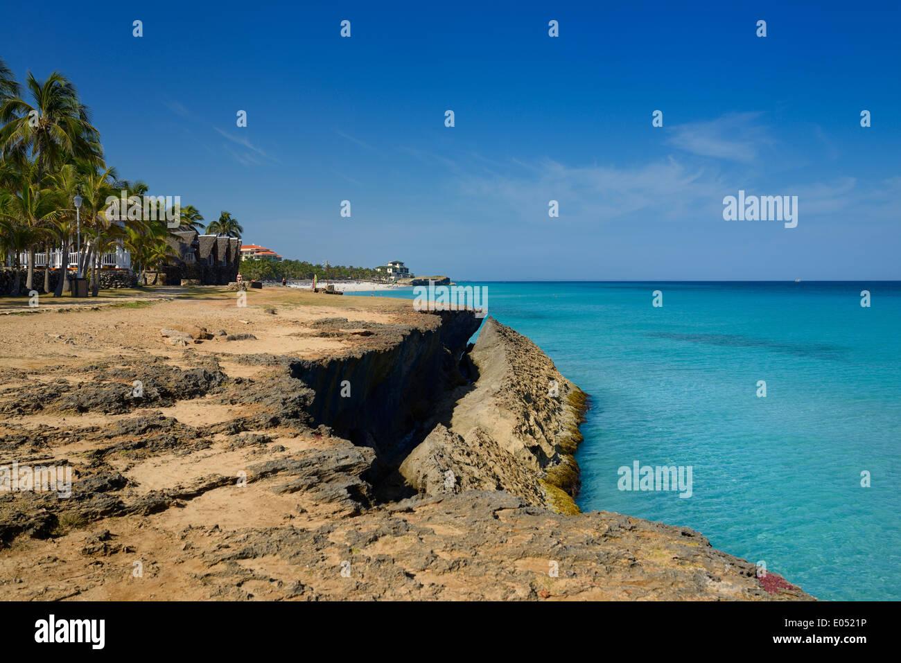 Lava Rock Ufer am Varadero Cuba Resort mit türkisblauem Meer und den weißen Sandstrand Stockbild