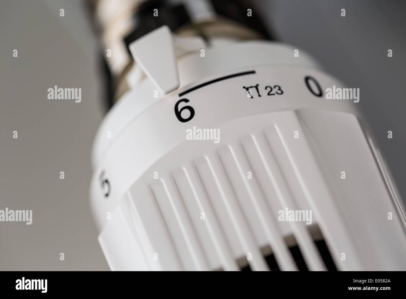das thermostat einer heizung ist v llig aufgedreht hohe energie kosten ursache hohe. Black Bedroom Furniture Sets. Home Design Ideas