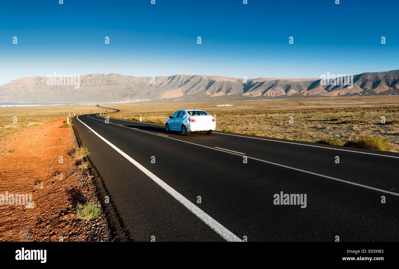 Autobahn nach Famara, Lanzarote, Kanarische Inseln, Spanien. Stockbild
