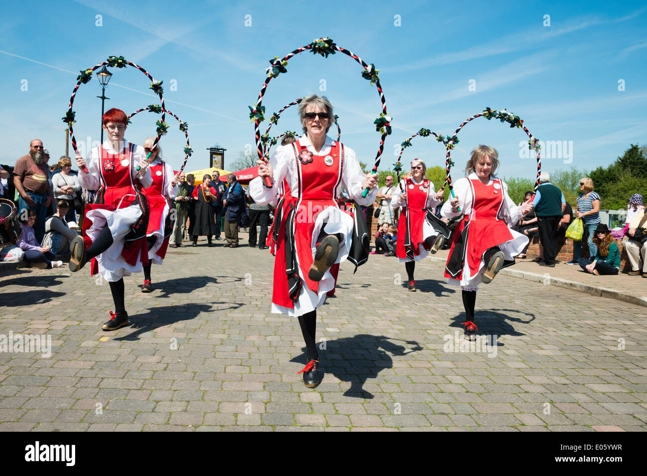 Upton auf Severn, Worcestershire, UK. 3. Mai 2014 Folkloretänzern unterhalten Menschen an einem schönen sonnigen Tag. Weibliche Moriskentänzer in Upton auf Severn, Worcestershire, UK. Bildnachweis: Robert Convery/Alamy Live-Nachrichten Stockbild