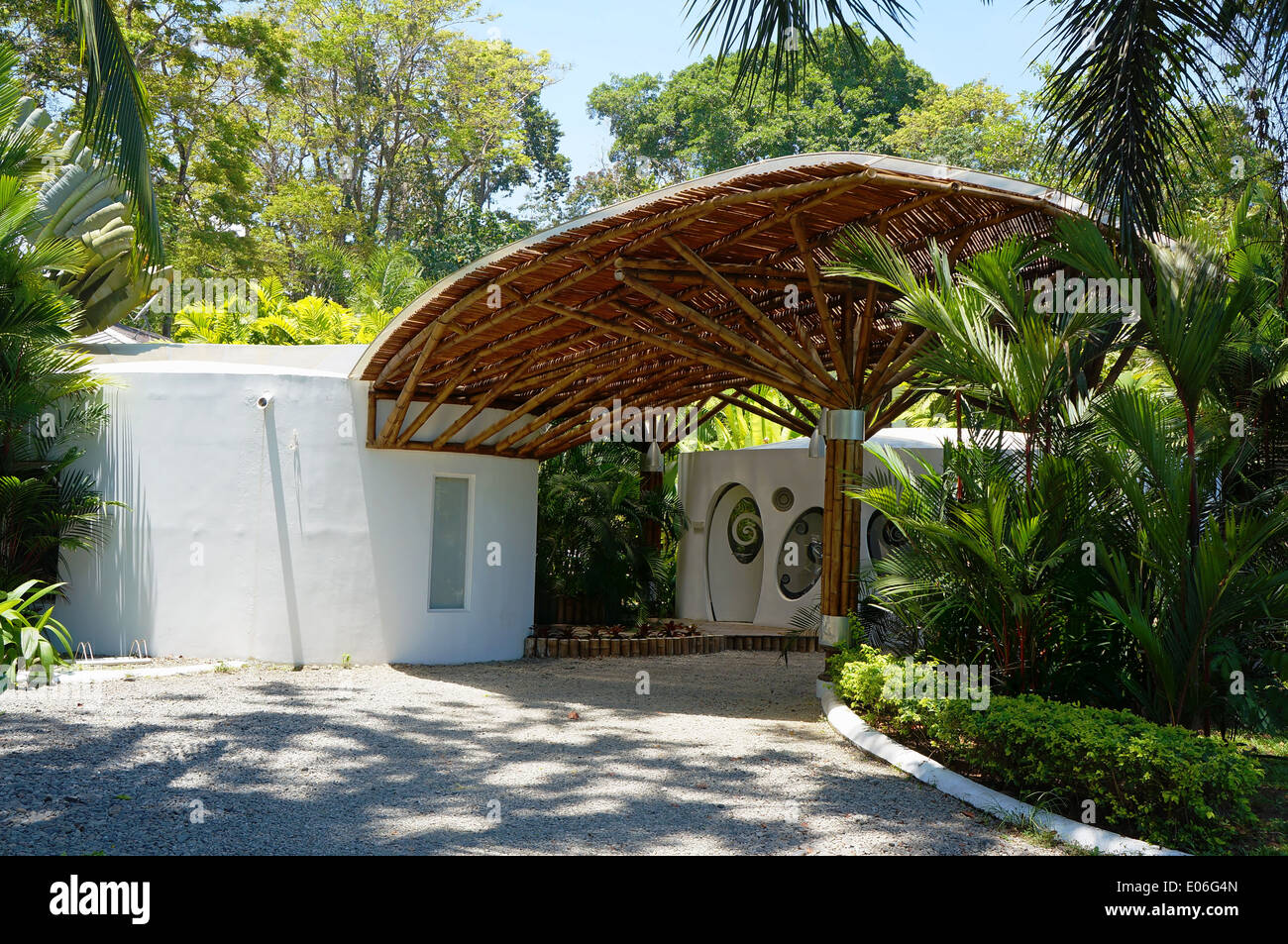 Tropischer Architektur, überdachte Einfahrt, die mit Bambus, Karibik, Puerto Viejo, Costa Rica Stockbild