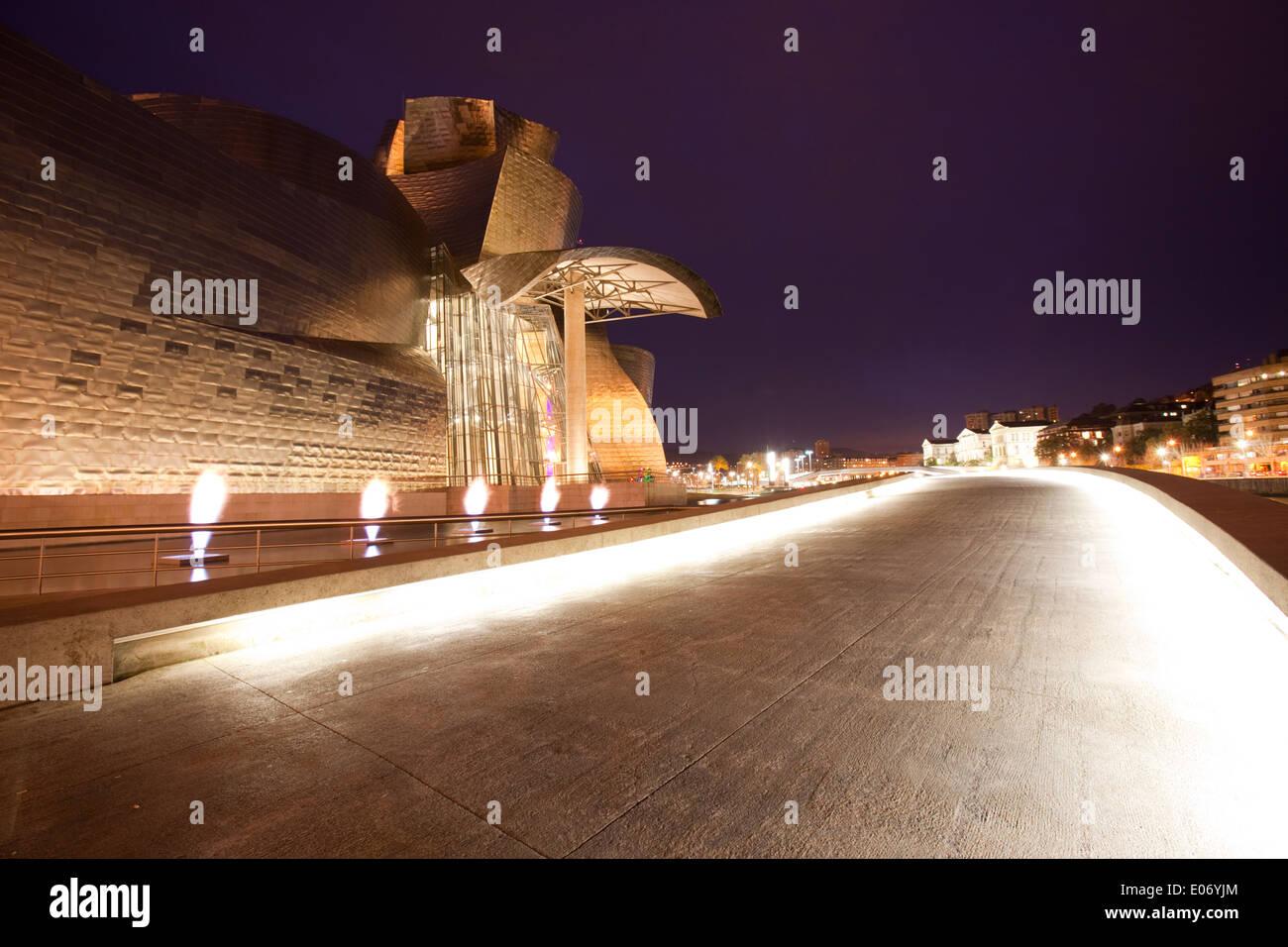 Seitenansicht des Guggenheim Museum Bilbao, Bilbao, Baskisches Land, Spanien. Stockfoto