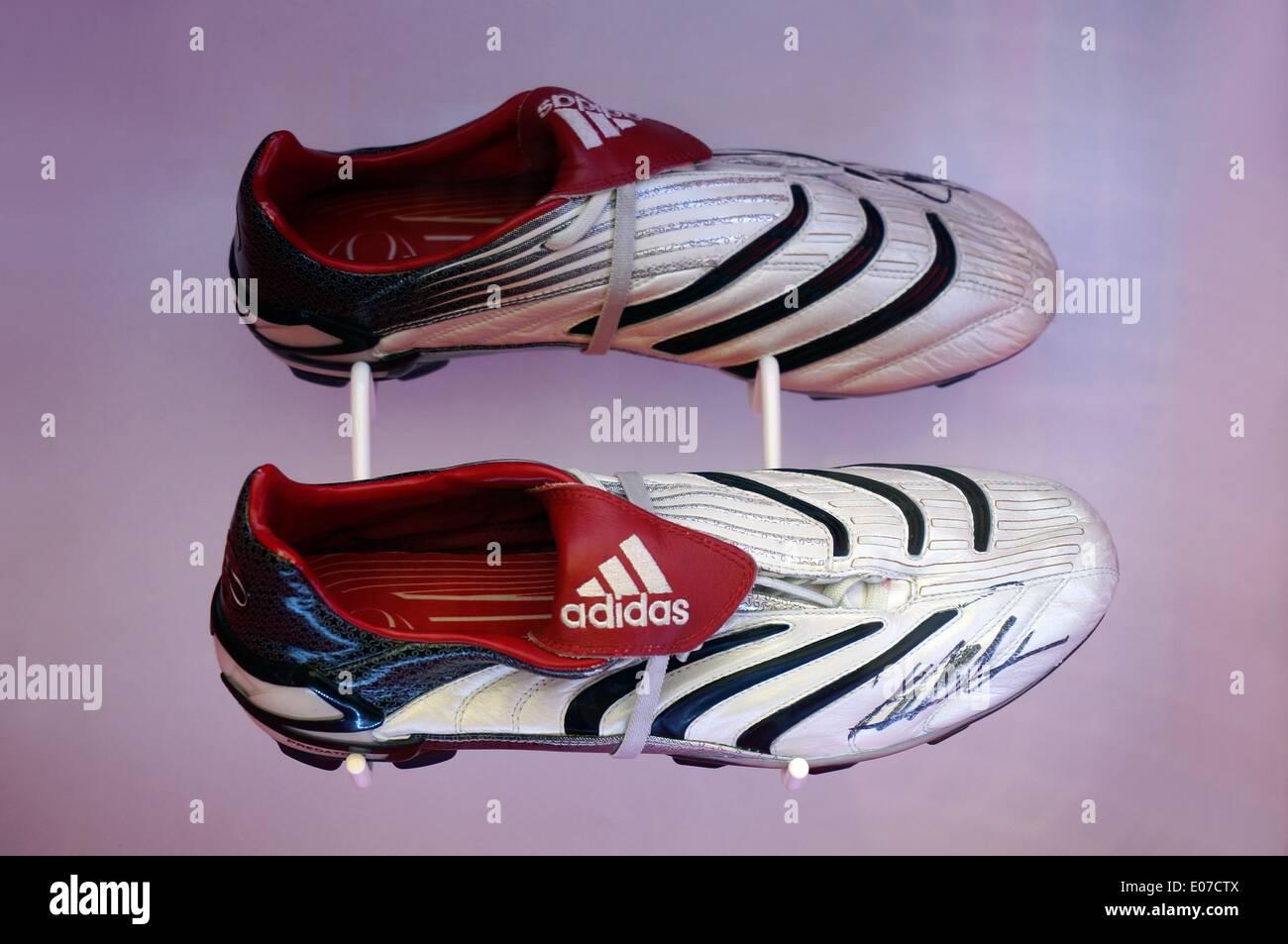 Berlin, Deutschland. 22. September 2013. Die signierte Schuhe von Ricardo Kaka aus der Saison 2006/2007 sind auf Stockfoto