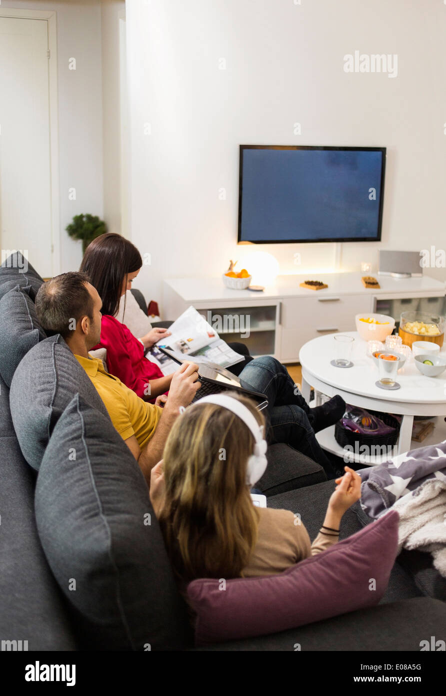 familie vor dem fernseher im wohnzimmer stockfoto bild 69025084 alamy. Black Bedroom Furniture Sets. Home Design Ideas