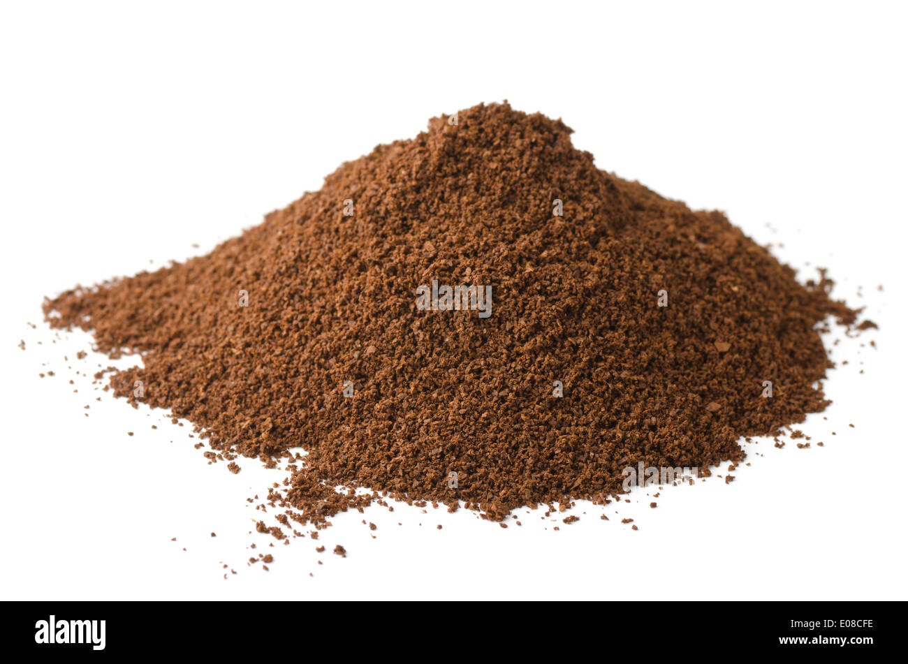 Haufen von frisch gemahlenem Kaffee Pulver isoliert auf weiss Stockbild