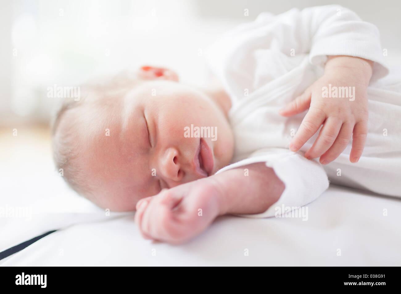 Neugeborenes Baby friedlich schlafend Stockbild