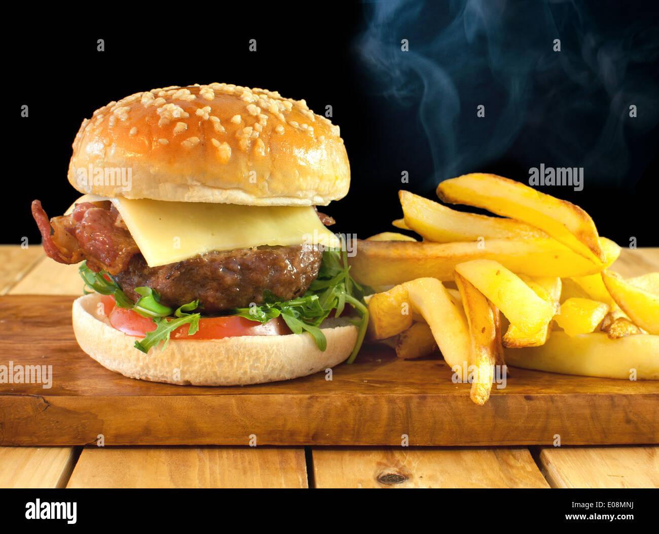 Cheeseburger mit Pommes frites Stockbild