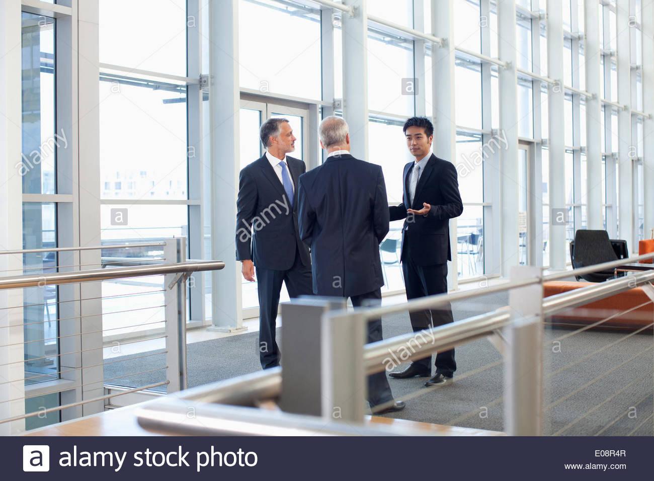 Business-Leute treffen am Fenster im Büro lobby Stockbild