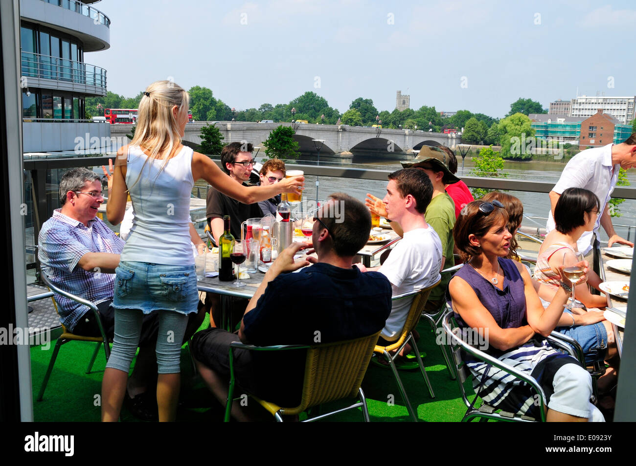 Trinker auf dem Balkon des The Boathouse Pub, Putney, London, England Stockbild