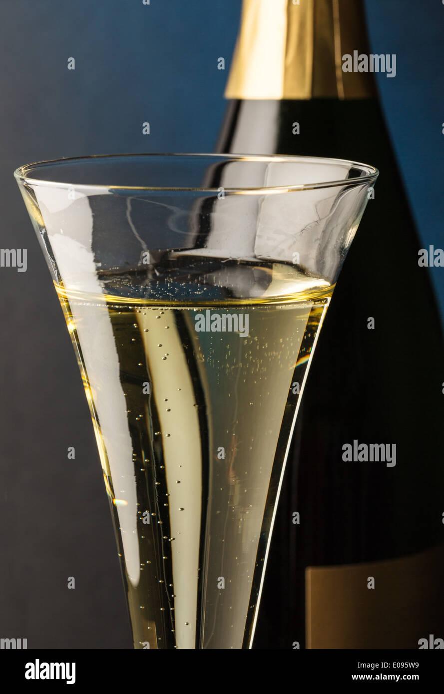 Champagner-Flasche mit Glas Champagner. Symbolische Foto Fue feiern und Wendungen des Jahres, Champagnerflasche Mit Sektglas. S Stockbild