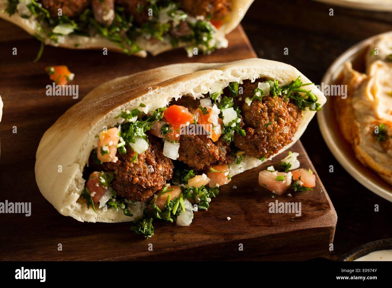 Gesunde vegetarische Falafel Pita mit Reis und Salat Stockbild