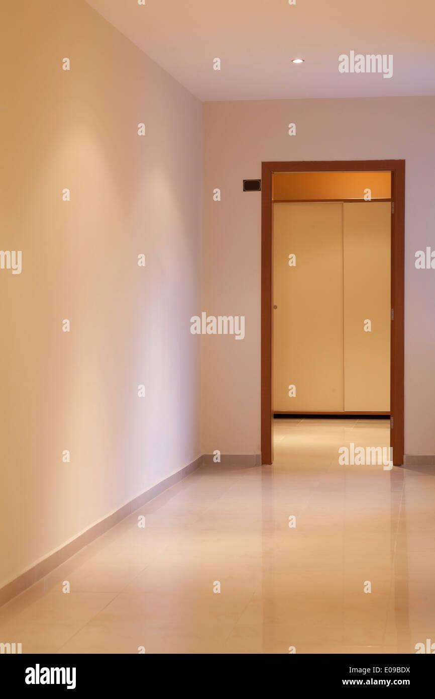 lange und schöne Flur mit Tür in ein modernes Hotel, vorne Stockfoto ...