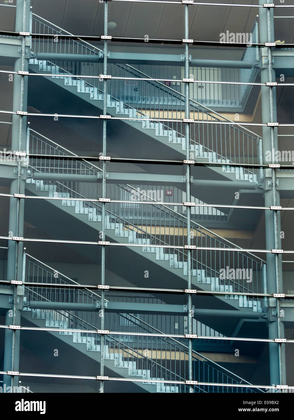 Die schmale Treppe Haus und Treppen in eine moderne Bueogebaeude von ...