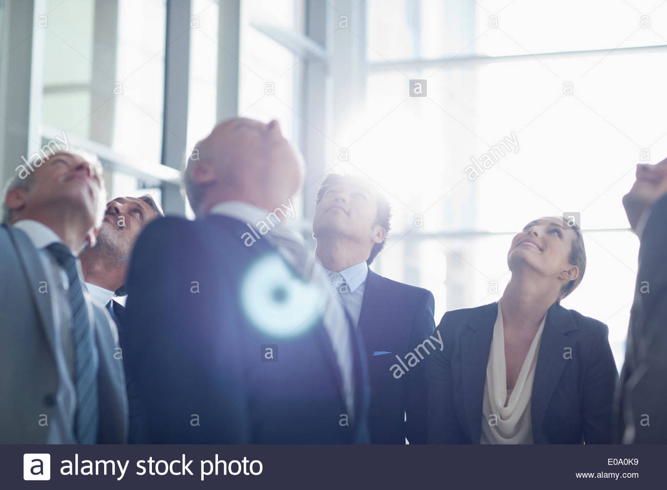 Geschäftsleute, die sich in der lobby Stockbild