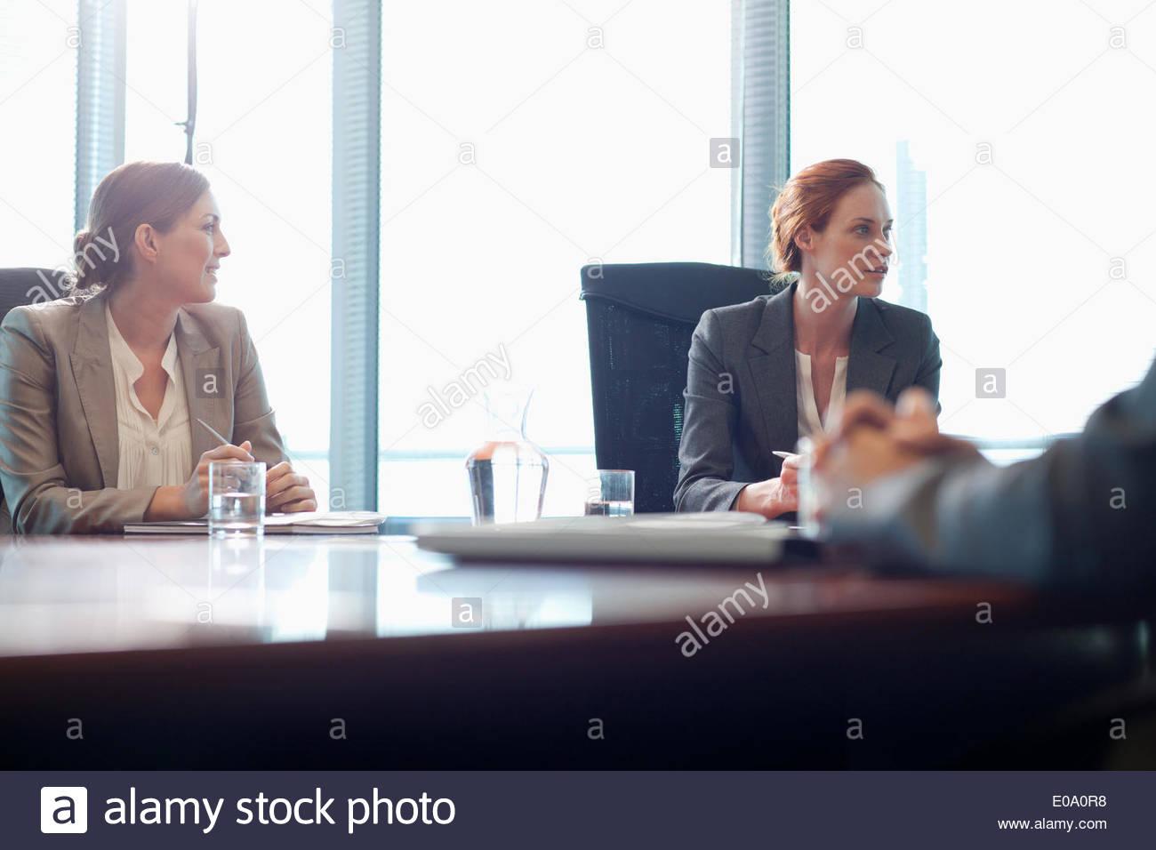Unternehmerinnen im meeting Stockbild