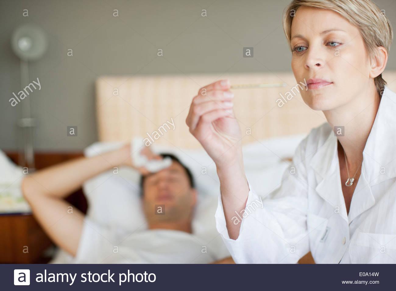 Frau nehmen WifeTemperatur Stockbild