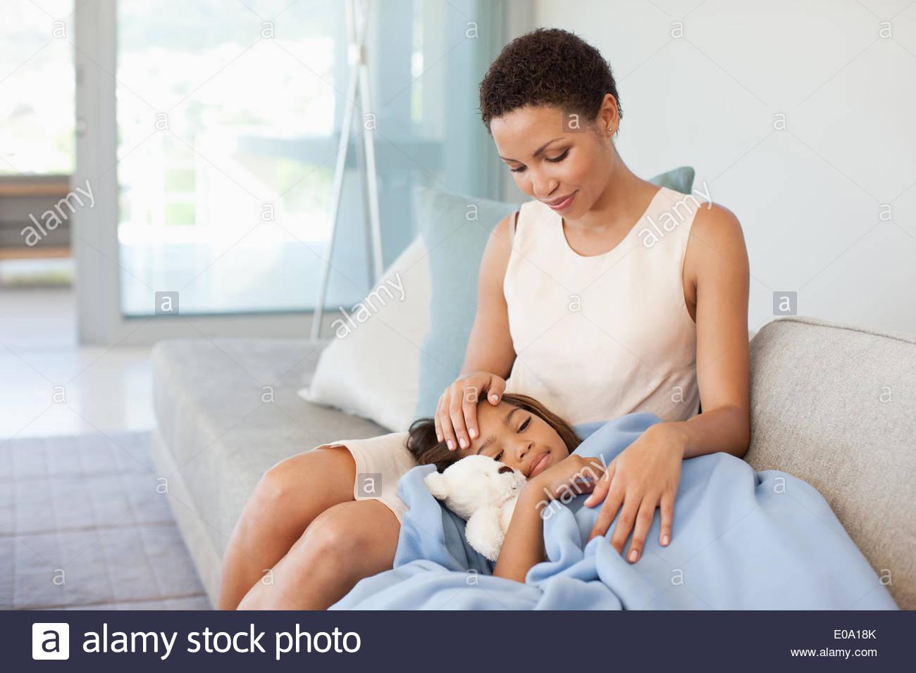 Frau, die Fürsorge für kranke Tochter Stockbild