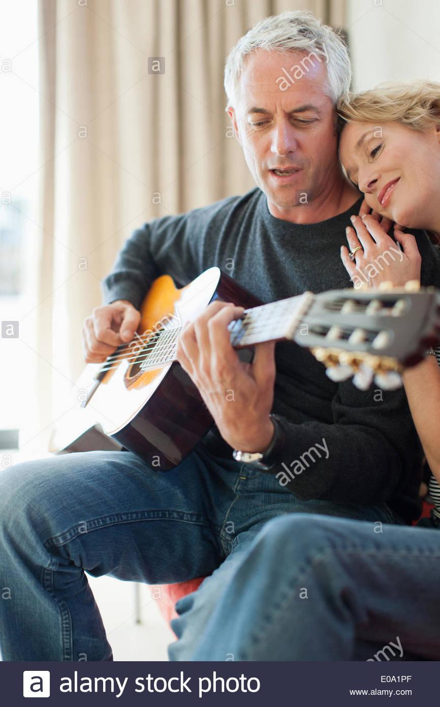Gitarre spielen für Frau Mann Stockbild