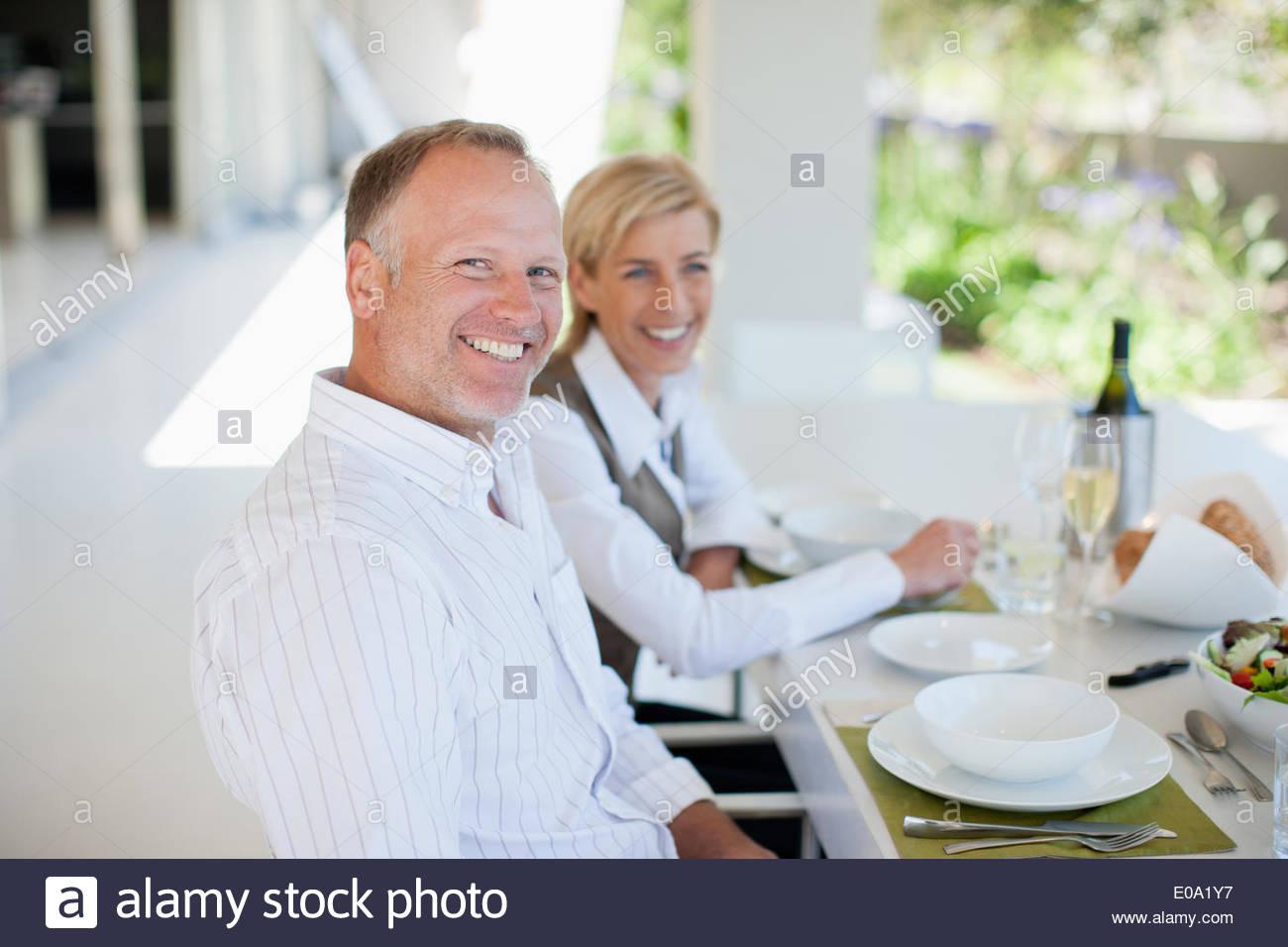 Paar genießt elegantes dinner Stockbild