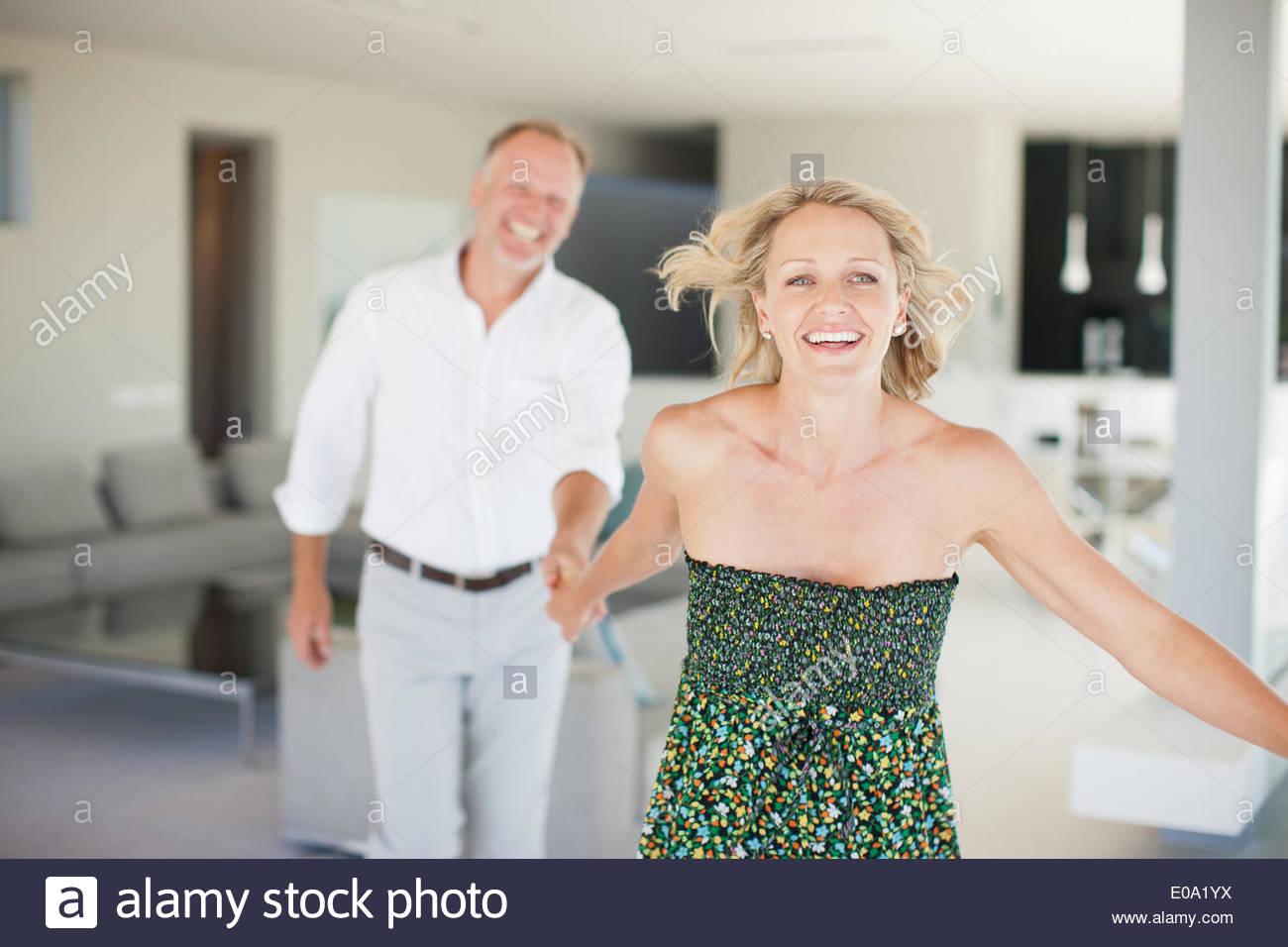 Frau Mann über die Wohnzimmer ziehen Stockbild