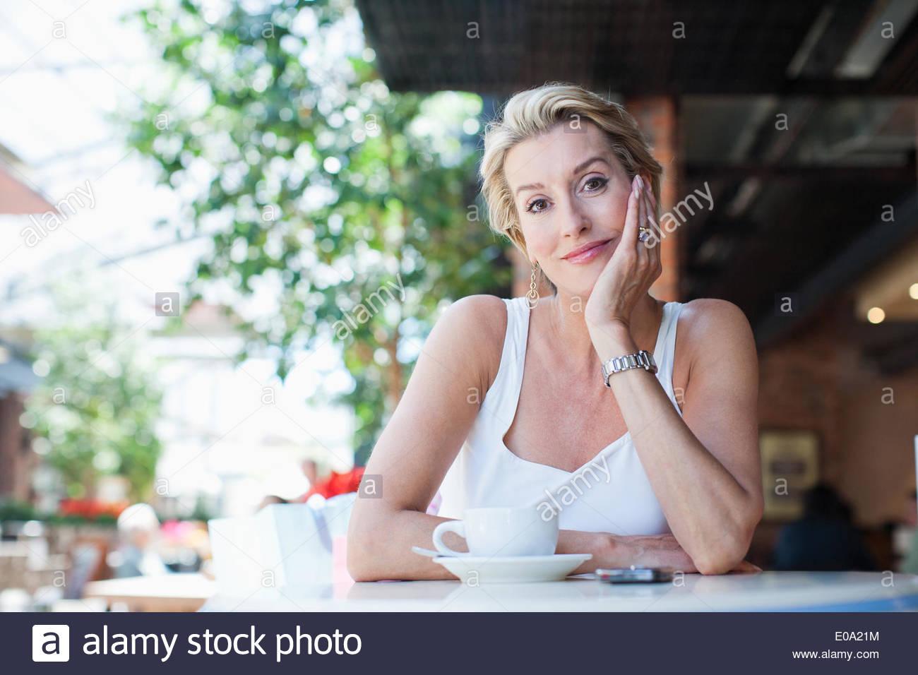 Frau trinkt Kaffee im café Stockbild